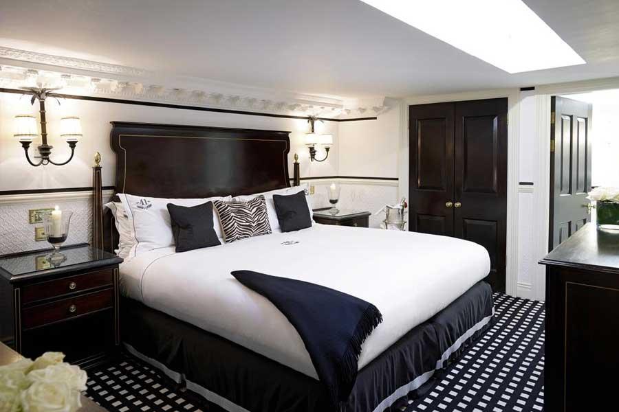 Una delle camere del 41 Hotel