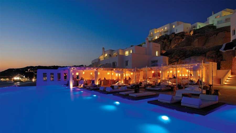 Wooo ... la piscina esterna di notte