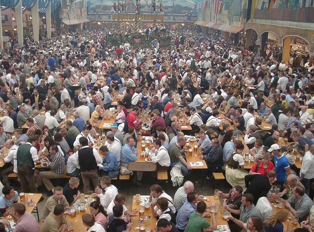 Bierzelt, in cui la birra viene servita nel Maßkrug da un litro.