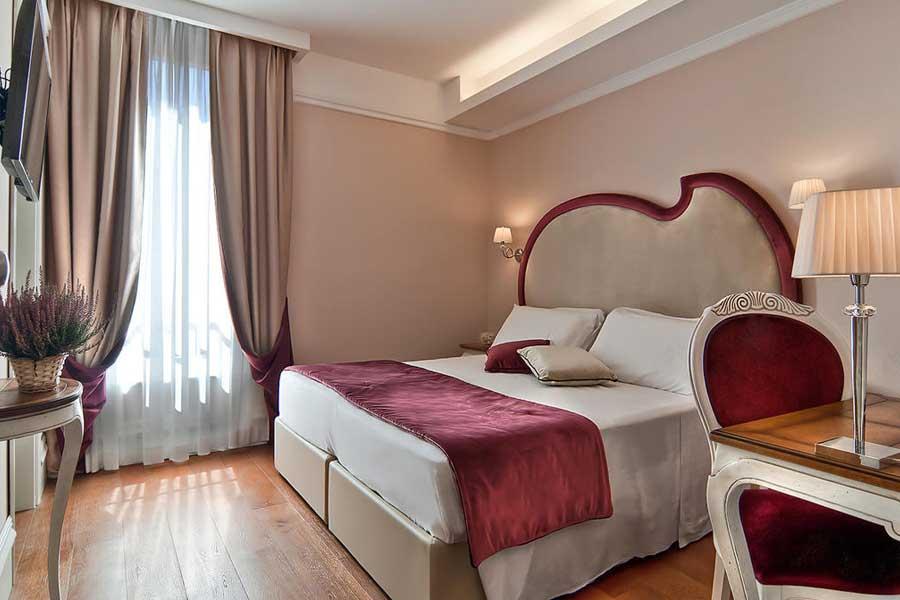 Una delle camere dell'Infinity Hotel