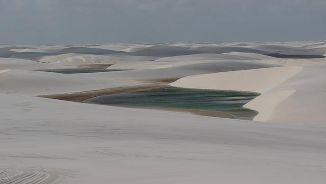 Le dune di sabbia con specchi d'acqua