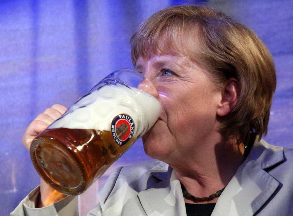 Angela Merkel beve Birra durante Oktoberfest