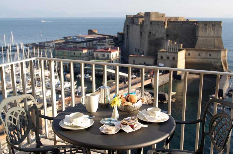 La colazione fronte Castel Dell'Ovo