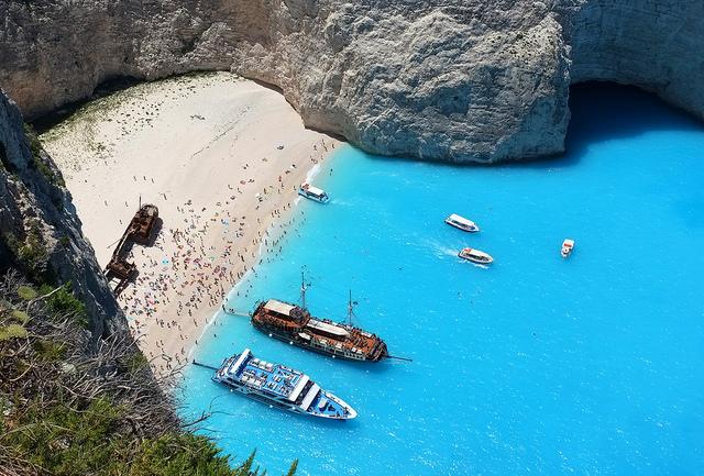 Navagio l'incredibile colore del mare e il relitto