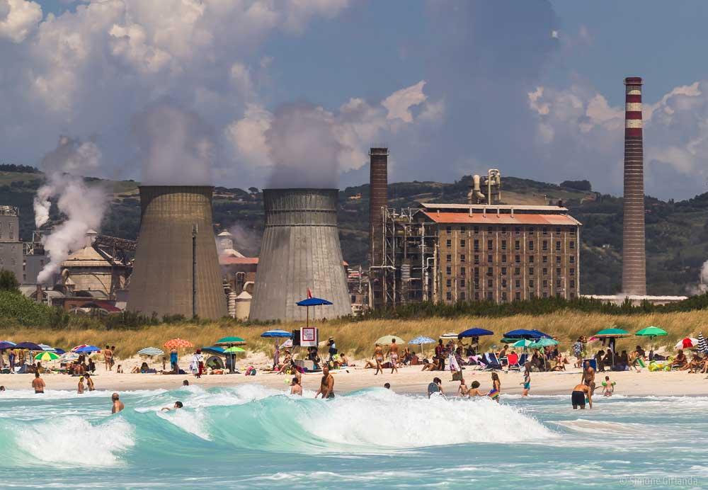 Vista dello stabilimento chimico dal mare